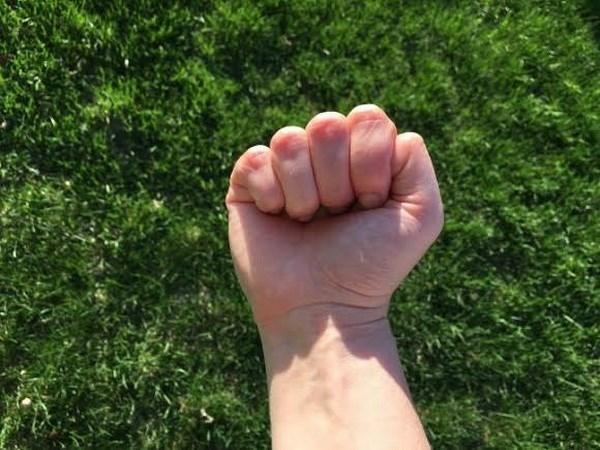 Với cách nắm tay thế này, bạn làngười cẩ thận và tỉ mỉ.