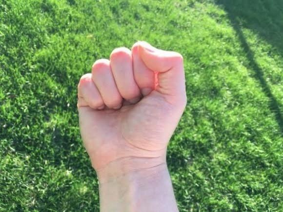 Với cách nắm tay thếnày, bạn làngười kiên trì,không ngần ngại đối đầu vớikhó khăn.