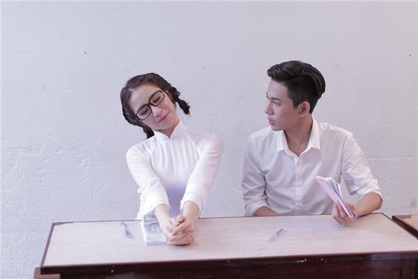"""Với hìnhảnhcô gái chỉ biết học vàkhông biết gì về tình yêu, Hòa Minzy đãbất ngờ trúngtiếng sét ái tình khi một""""nam thần""""điển trai chuyển vào lớp của cô."""