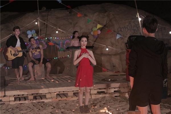 Để khích lệ tinh thần bản thân,nữ ca sĩhi vọng đó là cơn mưa may mắn giúp cho côthêm động lực để làm kịp MV ra đúng ngày sinh nhật.