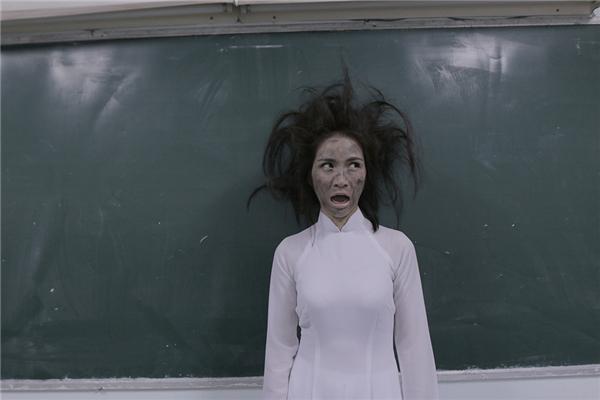 Tiếng sét ái tình đã khiến cô lớp trưởng tóc rồi bù và cháy khét. Để thực hiện cảnh quay đó, bạn gái Công Phượngcùng chuyên gia make up phảisử dụng hết hộp màu đen cũng như chai keo xịt tóc để ra tạo hình nhân vật bị sét đánh. Tuy nhiên, nơi thực hiện MV không có nước để tẩy trang buộc lòng Hoà Minzy đànhmang khuôn mặt đó di chuyển về nhà.