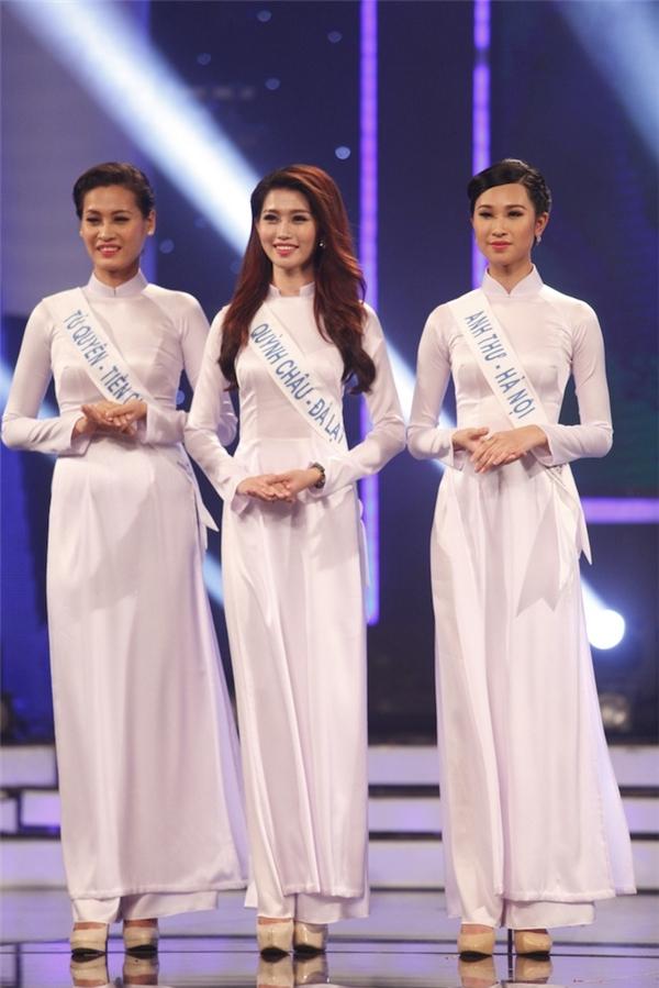 3 thí sinh: Quỳnh Châu, Anh Thư và Tú Quyên trình bày ca khúc Xinh tươi Việt Nam. Cả 3 cùng diện áo dài trắng tinh khôi, nhẹ nhàng.