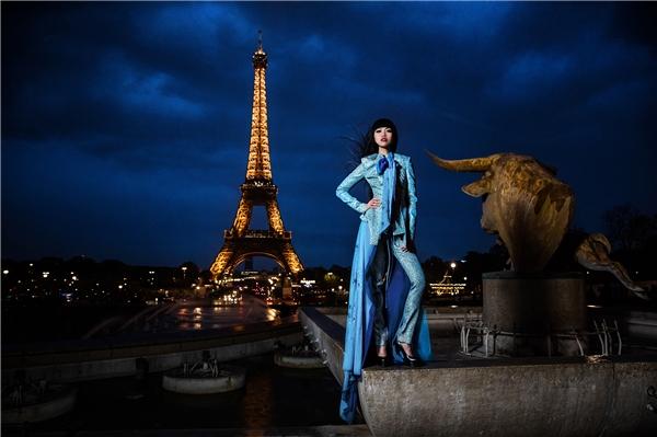 """J Summer Fashion Show 2016 sẽ đánh dấu đêmdiễn thời trang thành công thứ 14 của Jessica Minh Anh kể từ khi cô thiết kế sàn diễn thời trang làm nên lịch sử tại cầu Tháp London. """"Nữ hoàngcủa các sàn catwalk không tưởng"""" liên tục thu hút sự chú ý của toàn thế giới với những siêuphẩm sân khấu có một không hai."""