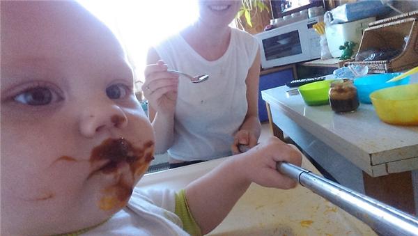 """Để cho con bé ăn hết chén, mẹ phải áp dụng nhiều chiêu """"thần thông biến hóa"""" hơn cả Tôn Ngộ Không."""