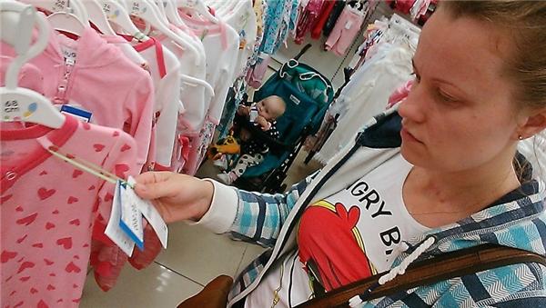 Kiên nhẫn đợi mẹ mua sắm.