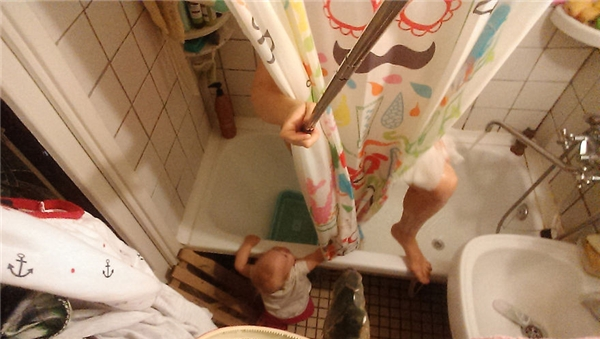 Thậm chí tắm rửa nó cũng quấn chân.