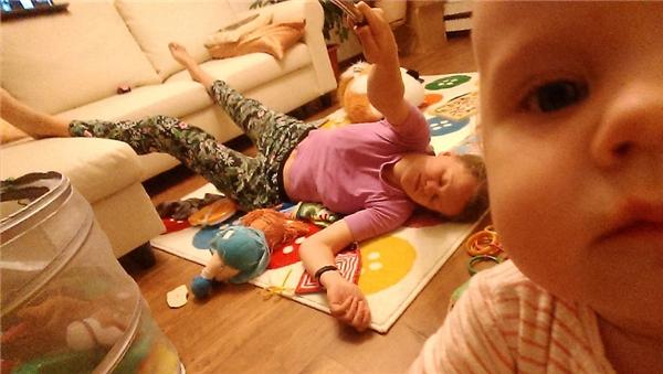 Các bà mẹ bao giờ cũng mệt và buồn ngủ trước con.
