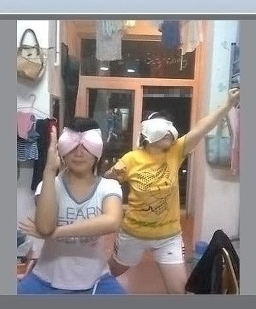 Hai nữ siêu nhân áo ngực chiến đấu vì công lý, chuyên trị những kẻ quấy rối.