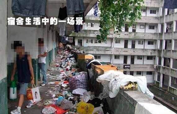 Đây hẳn là những căn phòng KTX sạch đẹp nhất vì bao nhiêu rác đã được đẩy hết ra hành lang rồi.