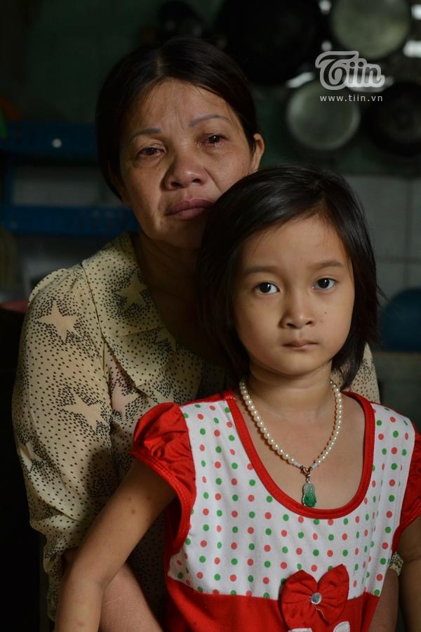 Bà Luyến không ngừng khóc vì quá thương cho số phận cháu gái