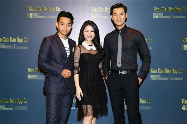 Nữ diễn viên trẻ rạng rỡ bên hai bạn diễn điển trai.