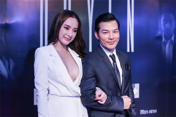 Trong một sự kiện ra mắt phim của Trần Bảo Sơn, Angela Phương Trinh diện bộ vest trắng giản dị cùng mái tóc xoã tự nhiên.