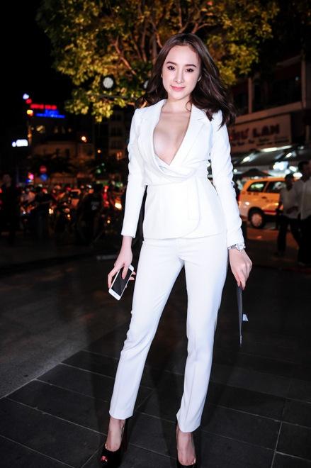 Nhưng có vẻ, nữ diễn viên 9x đã quên mặc nội y bên trong khiến nhiều người có mặt tại sự kiện cảm thấy nhức mắt khi nhìn vào vòng 1 đang lấp ló bên trong chiếc áo vest.