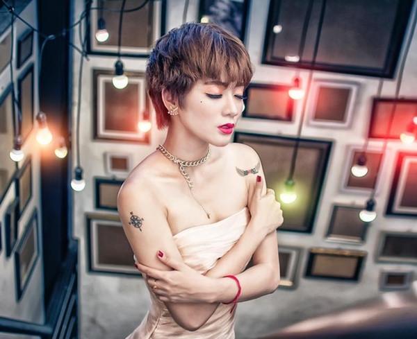 Ngoài ra, mái tóc ngắn cá tính, góc cằm vuông khiến Kim Nhã mất đi vẻ nữ tính cần có của một người mẫu nữ. Hai hình xăm lớn ở cánh tay là bất lợi cho Kim Nhã trong các bức ảnh cần khoe hình thể.