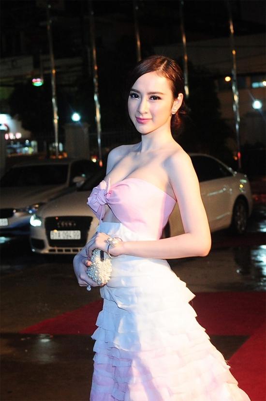 """""""Cạn lời"""" trước những bộ cánh """"mặc như không"""" của Angela Phương Trinh"""