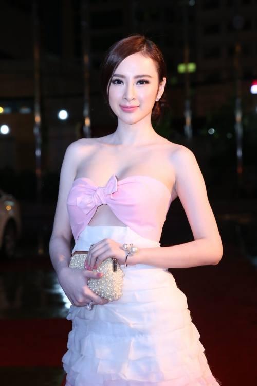 Trong chiếc váy gam màu hồng pastel, Angela Phương Trinh khéo léo khoe đôi vai trần cùng vòng 1 quá đỗi quyến rũ, gợi cảm.