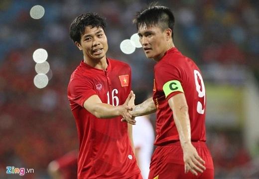 Công Phượng được tung hộ khi vào sân ở phút 58 của trận đấu tuyển Việt Nam vs Syria.