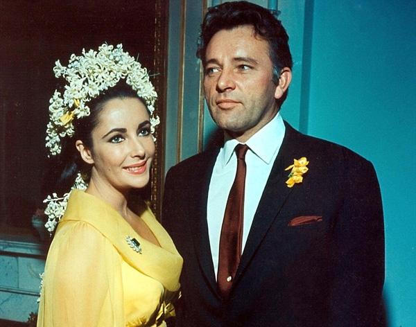 """. Riêng sự nghiệp của nàng """"tiểu tam"""" Elizabeth Taylor vẫn phất lên dù gặp nhiều chỉ trích. Thậm chí sau này, bà còn trở thành """"tiểu tam"""" lần hai khi ngoại tình với nam diễn viên Richard Burton, mặc cho cả hai đều đã có gia đình riêng. Năm 1964, Elizabeth ly dị Eddie và kết hôn với Richard 10 ngày sau đó."""