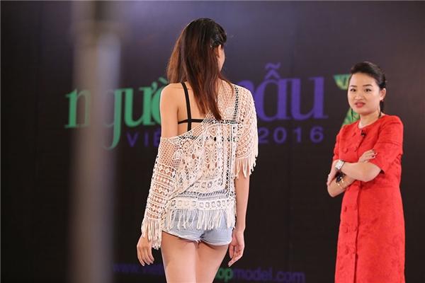 """Hà Đỗ khẳng định Anh Thư không hề có tố chất để trở thành quán quân Next Top Model vì """"quá xấu"""", """"tôi với cô đi cạnh nhau như 2 mẹ con""""."""