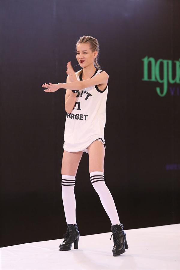 Thanh Tuyền trình diễn một bài nhảy ấn tượng theo phong cách Hàn Quốc.