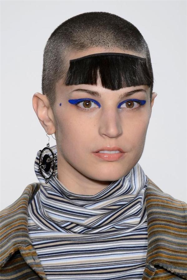 """Khi bạn vừa muốn cạo đầu cho mát mẻ nhưng cũng vừa muốn giữ lại vẻ nữ tính """"trời ban"""" của mình thì phần tóc mái giả này sẽ là trợ thủ đắc lực cho bạn."""