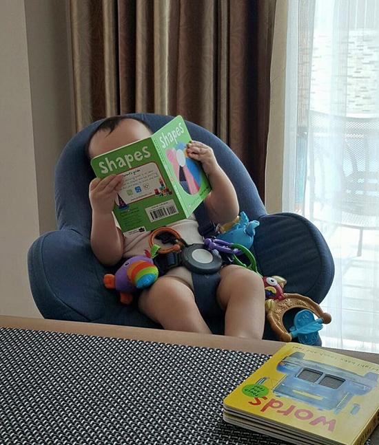 Thu Minh đăng tải hình ảnh con trai chăm chú đọc sách cùng lời chúc đến tất cả mọi người. - Tin sao Viet - Tin tuc sao Viet - Scandal sao Viet - Tin tuc cua Sao - Tin cua Sao