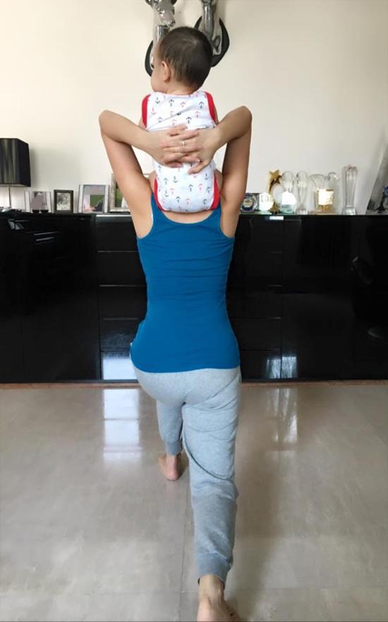 Hình ảnh Thu Minh vừa bế con vừa tập thể dục khiến không ít khán giả cảm thấy thích thú. - Tin sao Viet - Tin tuc sao Viet - Scandal sao Viet - Tin tuc cua Sao - Tin cua Sao