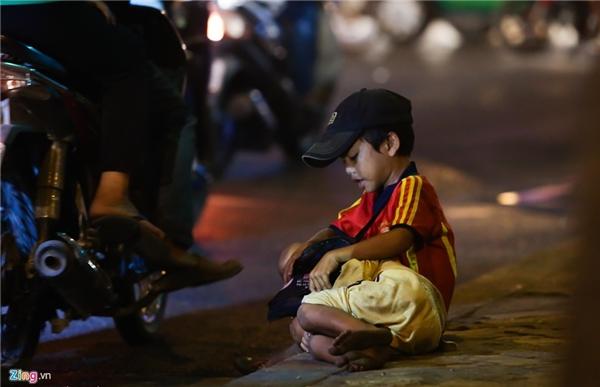 Hai đứa trẻ ăn xin ở góc đường Nguyễn Thị Minh Khai - Cách Mạng Tháng 8 chưa bao giờ biết đến ngày Quốc tế thiếu nhi là gì. (Ảnh: Internet)