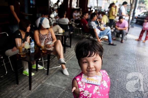 Mặc dù không có cánh tay như người bình thường nhưng bé Võ Ngọc Ân, 5 tuổi vẫn chăm chỉ bán vé số cùng bà nội ở khu vực chợ Bến Thành. (Ảnh: Internet)