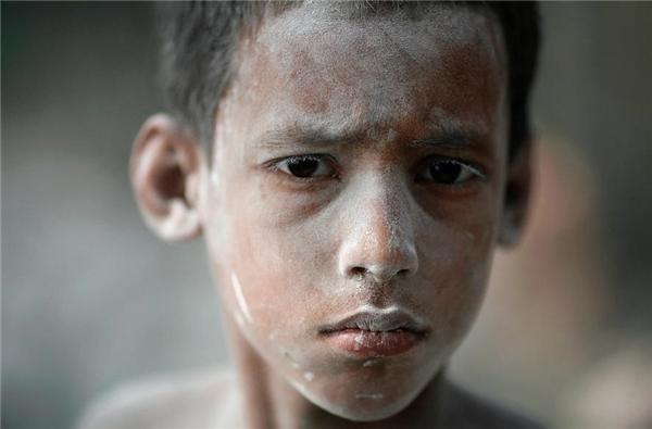 Czoton (7 tuổi) là công nhân một nhà máy sản xuất bong bóng ở Dhaka, Bangladesh.