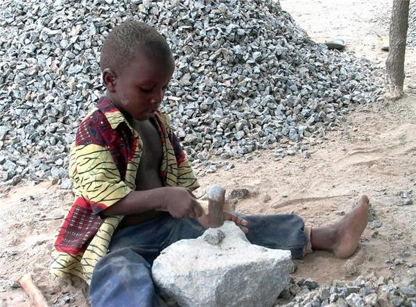 Jacques Monkotan (4 tuổi) làm việc tại một hầm mỏ ở Dassa-Zoume, Benin.