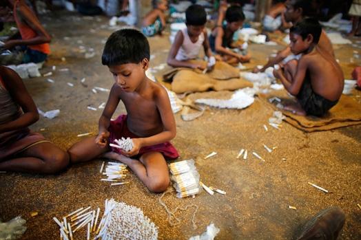 Trẻ em là lao động chính tại nhà máy thuốc lá ở Haragach, Rangpur, Bangladesh.