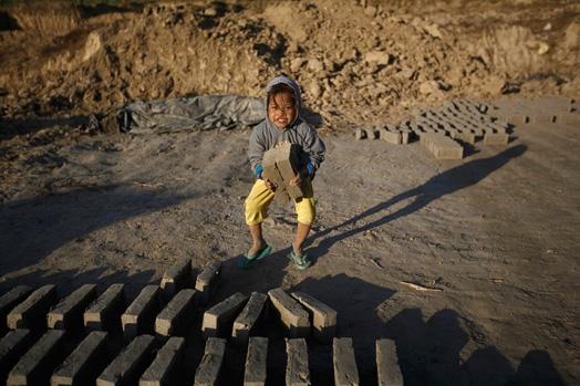 Một công nhân nhí khác tại một lò gạch vùng ngoại ô Herat, Afghanistan.