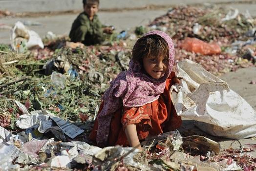 Nhặt rác là nghề rất phổ biến của trẻ em tại Islamabad, Pakistan.