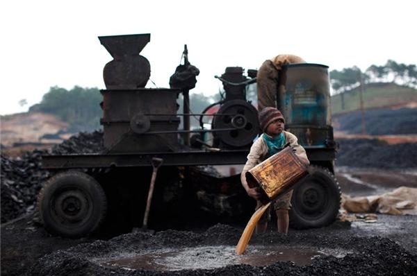 Rất nhiều phụ huynh ở Lad Rymbai, Jaintia Hills, Ấn Độ, không chịu cho con đi học dù được miễn học phí. Trái lại, họ bắt con đi lao động để kiếm tiền.