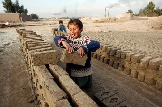 Hazrat (7 tuổi) cùng bạn mình làm việc tại một lò gạch ở Jalalabad, Afghanistan.