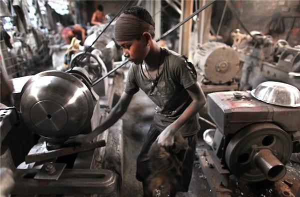 Cậu bé Shaheen (10 tuổi) phải làm việc tại một nhà máy nhôm ở Dhaka, Bangladesh.
