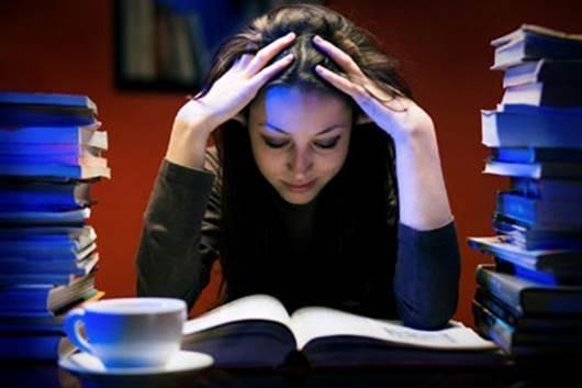 Thức khuya khiến cơ thể suy nhược mệt mỏi và còn khéo theo nhiều tác hại không ngờ cho sức khỏe (Ảnh minh họa)
