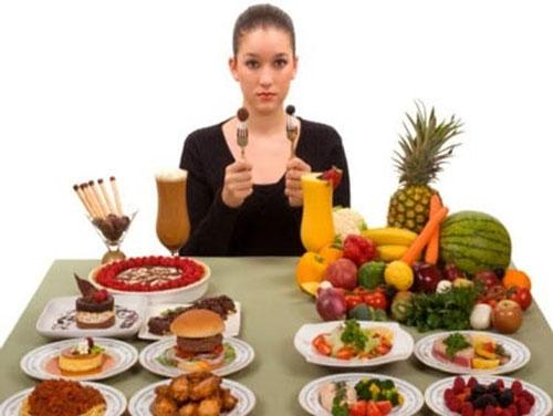 . Việc ăn tối sai cách như ăn quá no, ăn nhiều loại thức ăn có thể là nguyên nhân dẫn đến nhiều căn bệnh nguy hiểm (Ảnh minh họa)