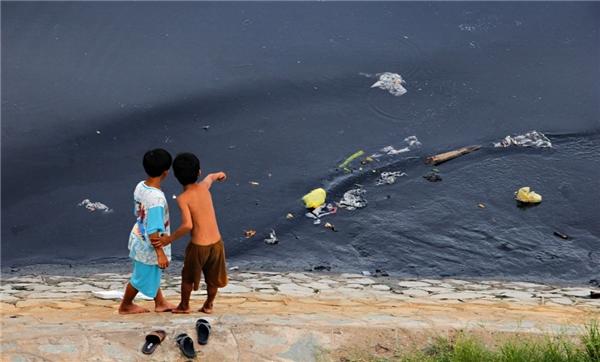 Ở kênh Tàu Hủ, Quận 8, hai đứa trẻ này thường xuyên xuất hiện với những món đồ chơi được nhặt từ những thứ rác được mọi người xả dọc bờ kênh. (Ảnh: Internet)