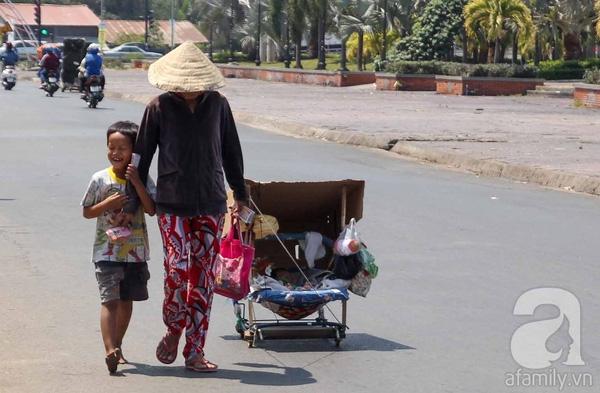 Nụ cười vô tư của em Nguyễn Thanh Tâm khi theo chân bà ngoại bôn ba khắp các nẻo đường ở thành phố Tân An, tỉnh Long An để bán vé cùng với em gái 6 tháng tuổi được kéo trong xe. Hiện tại Tâm vẫn chưa được đến trường cho hoàn cảnh quá khó khăn.(Ảnh: Internet)