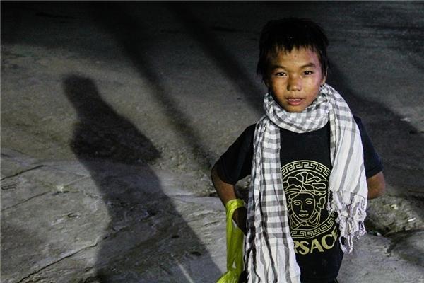 Em Nùng Y Gia là trẻ dân tộc lang thang ở thành phố Hà Giang, thường đi ăn xin để sống qua ngày. Hỏi về gia đình, em trả lời đều không biết. Nơi em ngủ là vỉa hè, công viên. Em ăn bất cứ thứ gì xin được. (Ảnh: Internet)