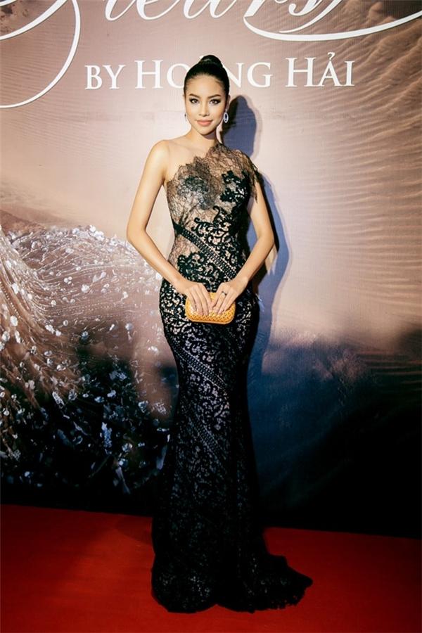 Phạm Hương sang trọng và huyền bí trongbộ cánh đen tuyền phối ren phong phú, được làm bằngchất liệu xuyên thấu của NTK Hoàng Hải, khi tham dự một sự kiện thời trang đình đámtại TPHCM cách đây chưa lâu.