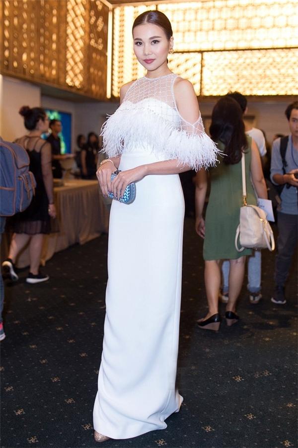 Vị giám khảoVietnam's Next Top Model 2016 luôn biết cáchduy trì phong độ thời trang với thiết kế gam trắng tinh tế, thân áo phối vải lưới, kết lông vũ quýphái. Bộ váy sở hữu phom dángcúp ngực, làmtôn lênđường cong quyến rũcủa siêu mẫu Thanh Hằng.
