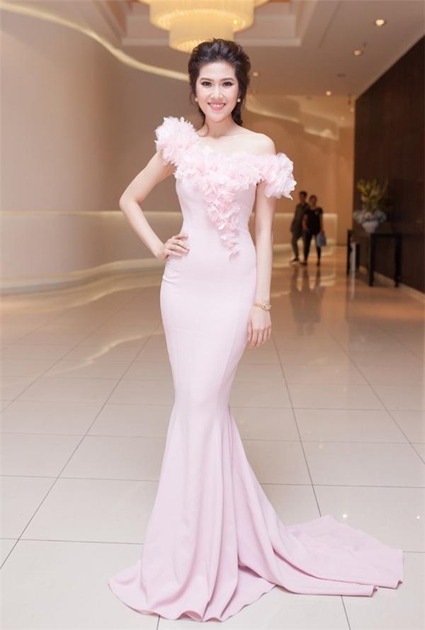 """Đảm nhận vai trò giám khảo cuộc thi nhan sắc tại TPHCM mới đây, người đẹpThu Hằng đãchọn trang phục đầm đuôi cá tông màu hồng pastel nhã nhặn và thời thượng để xuất hiện trong chương trình. Vớicổ váy làm điểm nhấn ấn tượng cũngphần kết cánh hoa nữ tính, thanh thoát, Thu Hằng """"tỏa sáng"""" trong hình ảnh quý cô đầy kiêu sa."""