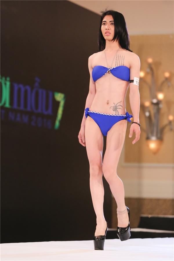 Một chàng trai diện bikini màu xanh nổi bật catwalk. Mùa giải năm nay đón chào nhiều thí sinh muốn thể hiện cá tính và sống thật với giới tính của mình.