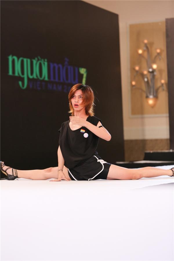 Một thí sinh nam khác cũng khiến giám khảo vô cùng bất ngờ khi mang giày cao gót và tạo dáng khó hiểu, trổ tài xoạc chân tài tình.
