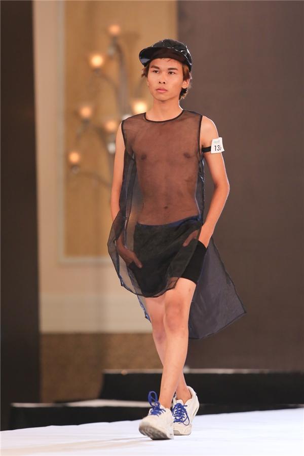 Khác với nhiều thí sinh nam, chàng trai này phối nhiều lớp trang phục, phụ kiện để trông độc đáo, thú vị hơn.