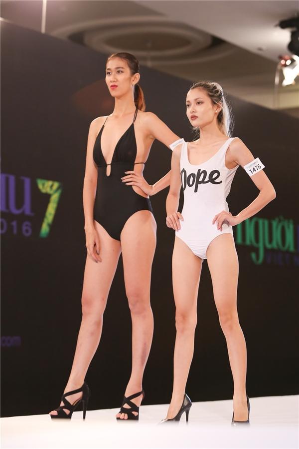 Thí sinh nam gây sốc khi mặc bikini nữ, mang giày cao gót catwalk
