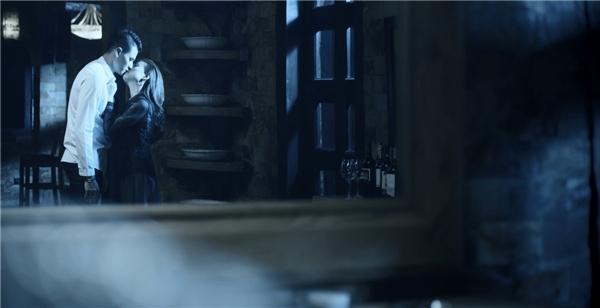 Với vai trò nam diễn viên chính, Vĩnh Thụyđã khắc hoạ hình ảnh một cặp đôi đầy nổi loạn, mâu thuẫn với nhiều cảnh quay táo bạo rất ấn tượng mà ê-kíp thực hiệnxin được phép giữ bí mật cho đến ngày MV được ra mắt công chúng. - Tin sao Viet - Tin tuc sao Viet - Scandal sao Viet - Tin tuc cua Sao - Tin cua Sao